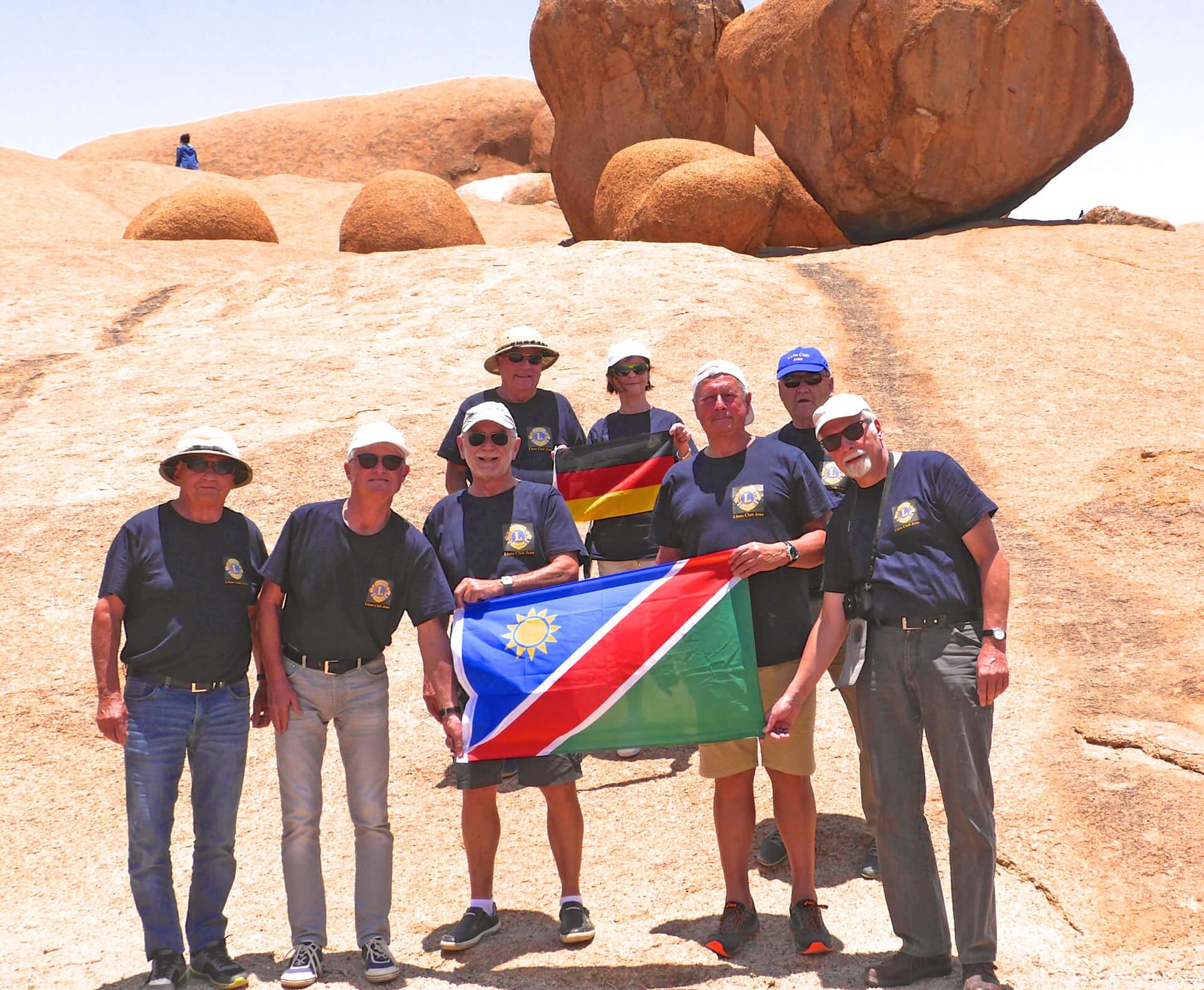 """Lions-Club-Jena und Partner Club """"Alte Feste"""" Windhoek mit beiden Länderflaggen in der Wüste von Namibia"""
