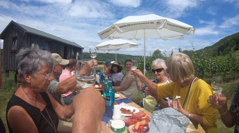 """Lions-Club-Jena: Fröhliches Zuprosten bei der Weinverkostung auf dem """"Weingut Poppe"""""""